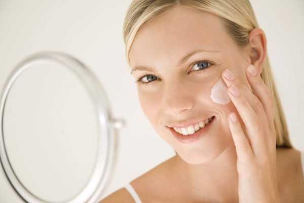 Нанесение крема на лицо после скраба